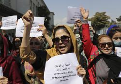 """탈레반, """"권리 보장"""" 시위 나선 여성들 최루탄으로 '폭력 진압'"""