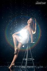 아름다운 빛과 물의 만남 그 속의 더 아름다운 모델 황인지