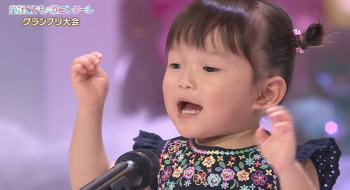 동요대회에서 야무지게 노래하는 일본 애기-いぬのおまわりさん