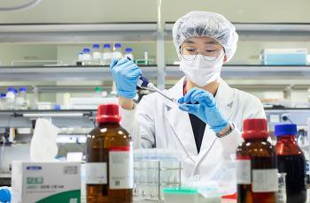 코로나 백신, 치료제 소식에도 왜 제약·바이오 주가는 답답할까?