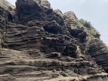 절벽의 아름다움을 간직한 천연기념물 제526호 용머리해안