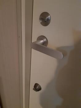 집 털릴 뻔 했습니다.  수상한 사람이 문 열고 들어오려했어요