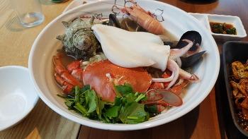 바다를 바라보면서 통한치해물칼국수를 직접 먹어보니 -[제주맛집]돌담위에한치-