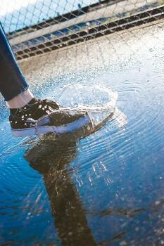젖은 신발이면 물웅덩이가 두렵지 않다.