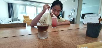 빈이가 만들어준 딸기에이드와 커피리떼