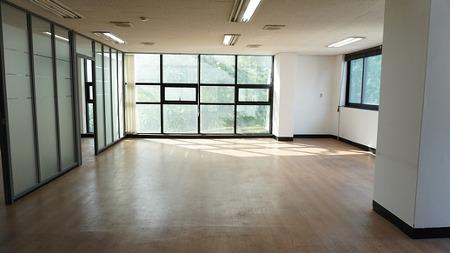 연남동 사무실.  내부 룸1개와 통창 구조로 인기만점