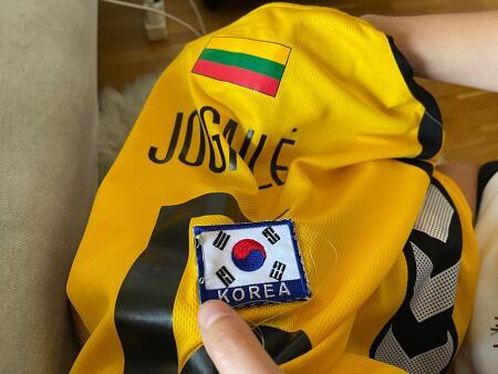 바느질로 태극마크 달아 한국 올림픽행 농구 경기 응원하다