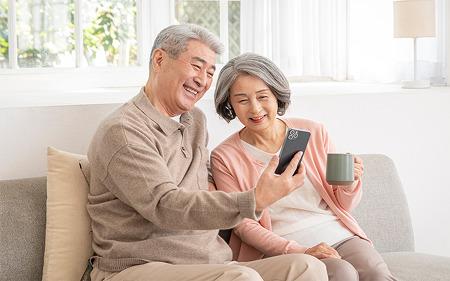 """[슬기로운 앱생활] """"추석 때 부모님 휴대폰에 깔아 드려야겠어요"""" 6070 시니어를 위한 앱 추천"""