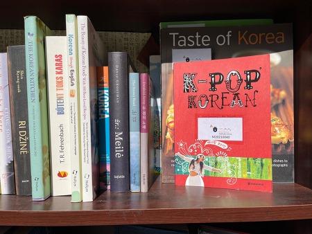 한국 관련 책이 이동도서관  한 칸을 가득 메워