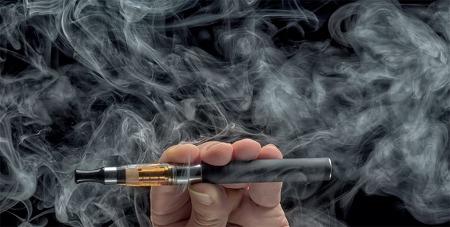 """액상형 전자담배 사용 중단! 이유는 """"폐 손상 원인 물질 반입"""""""