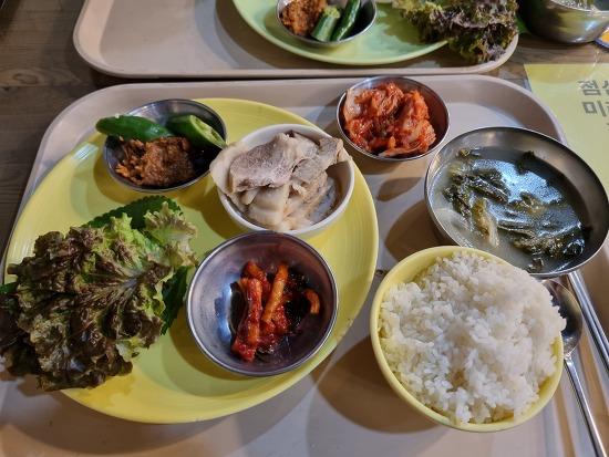 경북대학교 공대식당(학생식당)에서 보쌈정식을 먹었다.