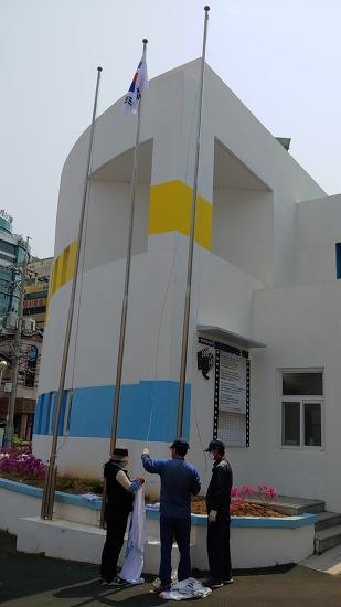 중앙평생학습센터 앞마당 국기 교체하다