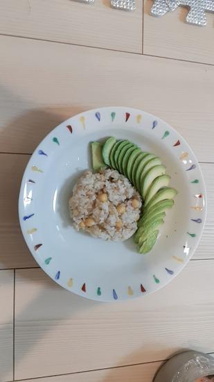 아보카도 간장 달걀 비빔밥