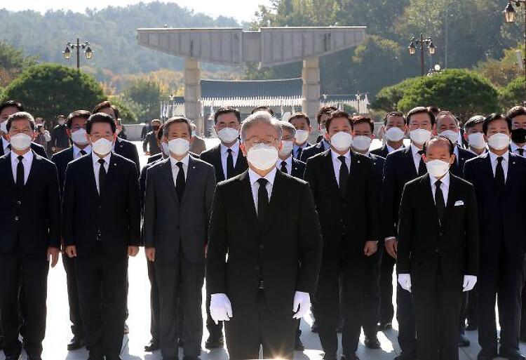 이재명 지방행보… '윤석열 보란듯' 광주서 전두환 돌판 밟아