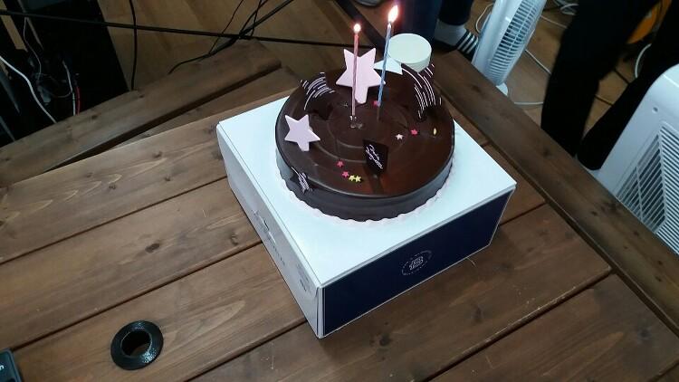 사무실에서 조촐한 생일 케익 커팅