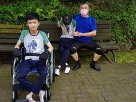 장애인들 데리고 산책을 ..