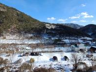 하얀 겨울눈이 온 캠핑장