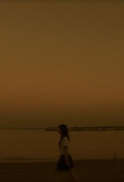 그 소녀가 바닷가에서 춤추고 있다