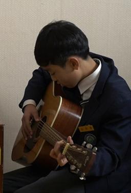 소년은 기타를 배우기로 했다