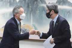대북지원 단체 만난 이인영..민간 北물자 반출 승인하나