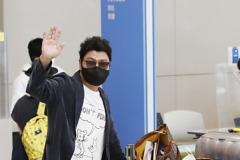 송강호, 공항 패션은 귀여운 캐릭터 티셔츠