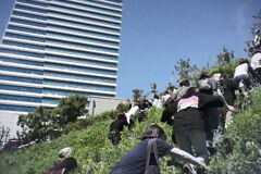'1인 시위' 원칙 깬 민노총, 언덕 올라 수백 명 집회
