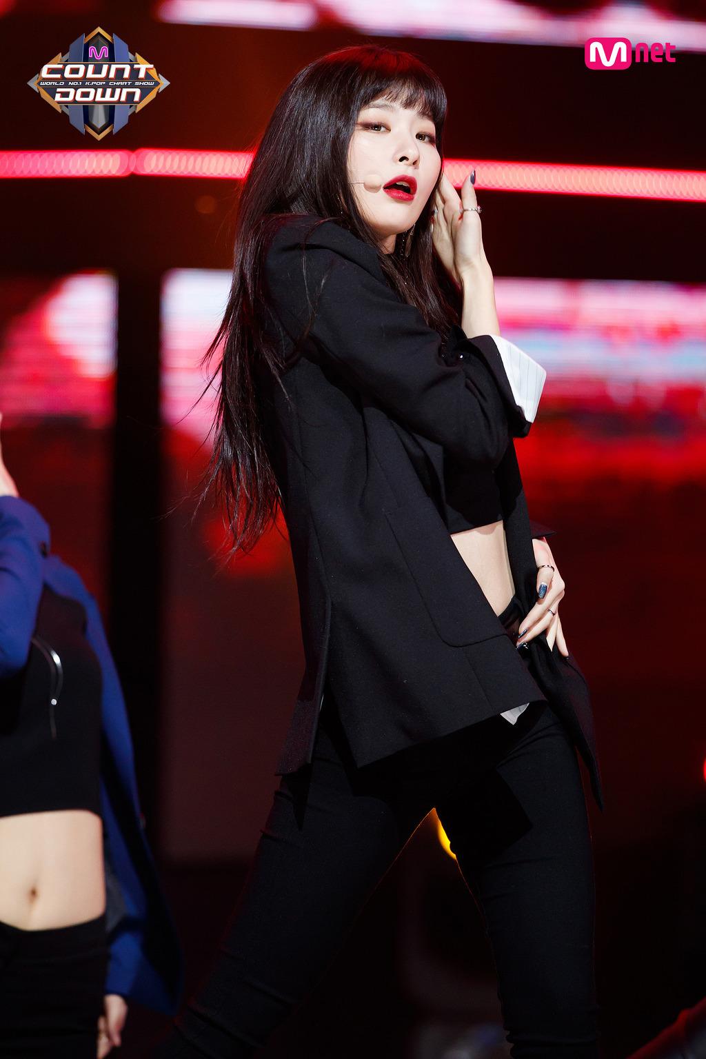 사무대의상으로 구찌 입은 레드벨벳 슬기 - 꾸르