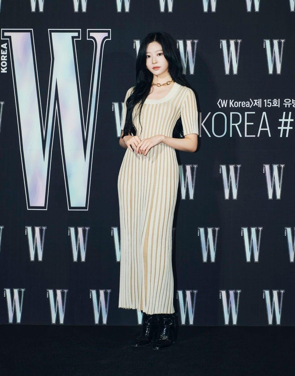 같은 드레스 입은 트와이스 모모와 아이즈원 김민주 - 꾸르