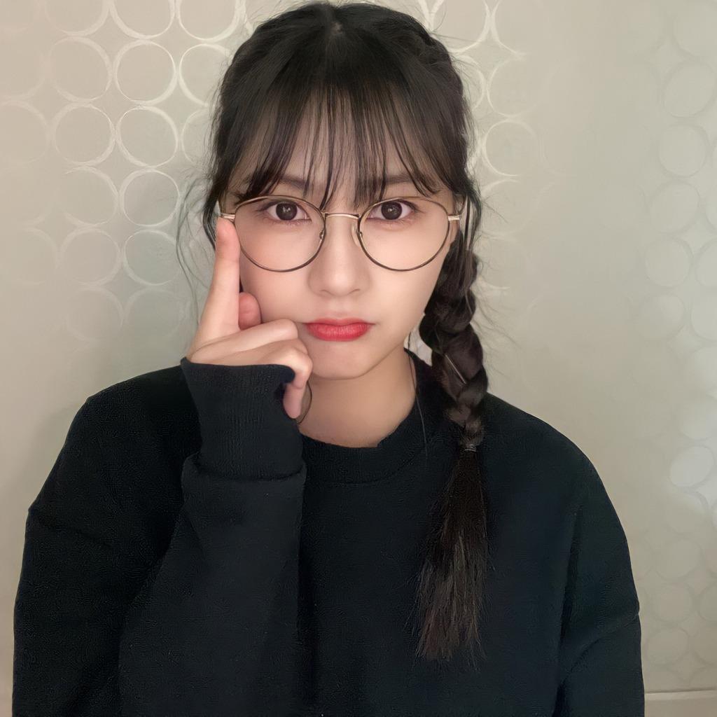 안경 쓴 오하영 - 꾸르