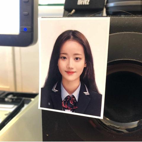 일반인이 발견한 이나은 데뷔전 증명사진 - 꾸르
