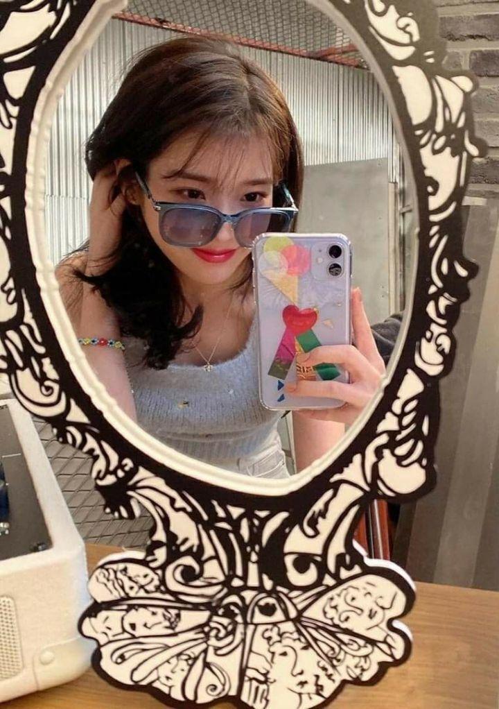 아이유 거울셀카 - 꾸르