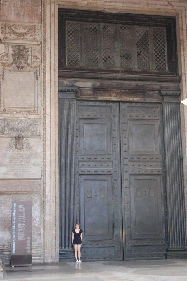 현재 사용되는 로마의 가장 오래된 문 - 꾸르