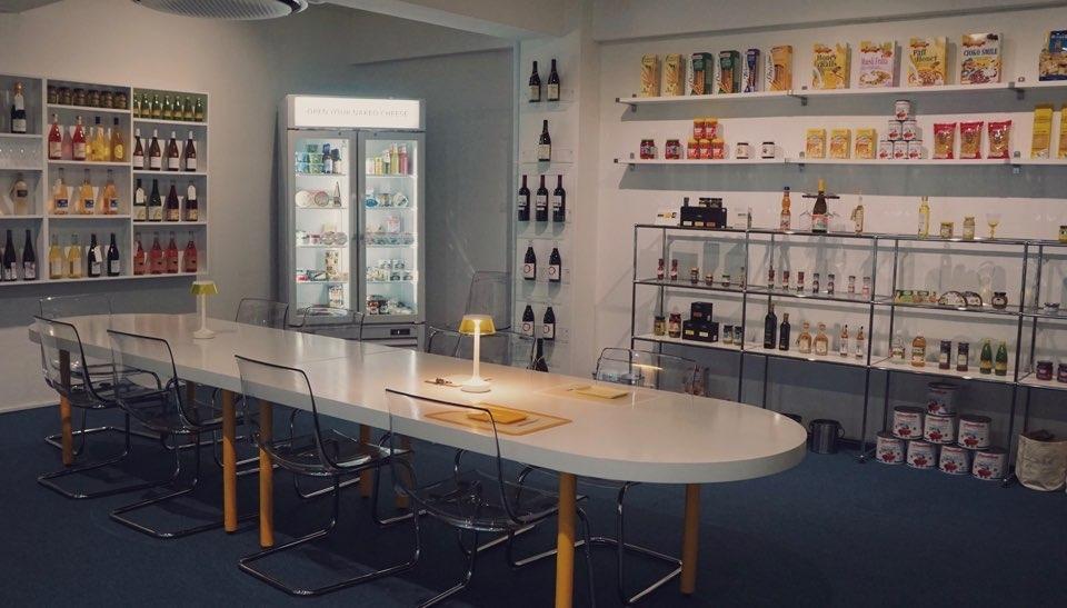 유어네이키드치즈(YOUR NAKED CHEESE) 내추럴 와인 진열된 모습