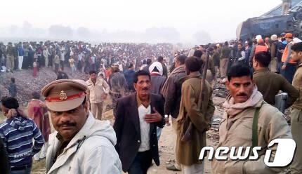 20일(현지시간) 인도 북부에서 열차 탈선사고가 발생했다. ©AFP=뉴스1