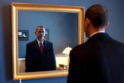 2009년 1월20일 대통령 취임선서를 앞둔 버락 오바마가 의사당 한편에 걸린 거울을 바라보고 있다.   백악관