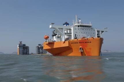 지난 19일 세월호가 수장돼 있는 전남 진도군 앞바다에서 인양된 선체를 목포 신항까지 운반할 반잠수식 선박이 대기하고 있다. 진도=연합뉴스