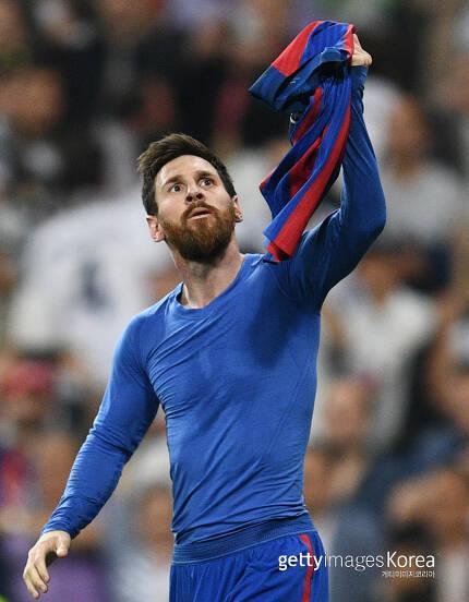 바르셀로나 리오넬 메시가 24일 레알 마드리드전에서 극장골을 터뜨려 팀을 승리로 이끈뒤 유니폼 상의를 벗어 환호하고 있다. 사진/Getty Images이매진스