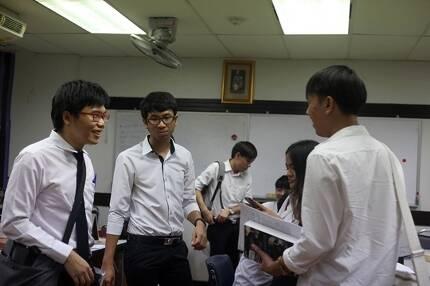 네티윗 초티팟파이산(사진 왼쪽)과 출라롱콘 대학 학생대표들. 지난 3일 '맹세식' 에 옵저버로 참석한 이들은 비가 오는 와중에도 의식이 계속되자 집단 퇴장했다. 사진=이유경