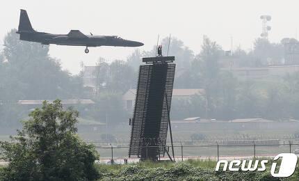 북한의 인민정권 창건일(구구절)을 하루 앞둔 8일 오후 경기도 평택시 주한미군 오산공군기지에서 장거리 대공 감시 레이더(AN/TPS-59) 뒤로 U-2 고고도 정찰기가 착륙하고 있다. 2017.9.8/뉴스1 © News1 오장환 기자