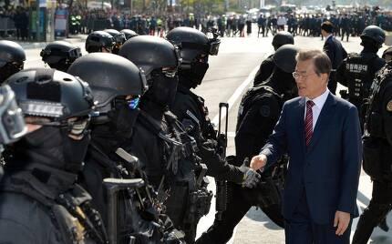 20일 서울 광화문 광장에서 열린 경찰의날 기념식에 참석한 문재인 대통령이 대테러 진압시범을 보인 경찰특공대원들을 격려하고 있다. 청와대사진기자단