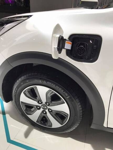 니로 플러그인 하이브리드 완속 충전구는 차량 왼편 앞쪽 측면에 위치해 있다. (사진=지디넷코리아)