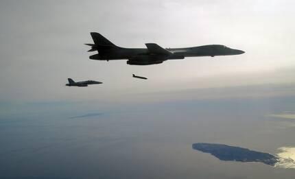 스텔스 장거리 대함미사일 발사시험 중인 미국의 B-1B 폭격기[록히드마틴 제공]