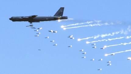 폭탄을 투하하는 미 공군의 B-52H  전략폭격기[위키미디어 제공]