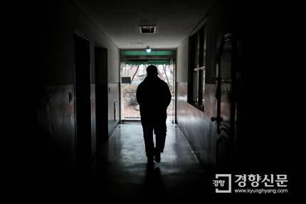 언제쯤 빈곤의 터널을 통과할 수 있을까. 아파트 경비원으로 일하다 해고된 칠순의 박철호씨(가명)가 과거 일했던 아파트 경로당 복도를 지나고 있다. 한국 사회 대부분의 노인들처럼 그도 평생을 일했지만 가난에서 벗어나는데는 실패했다. 이준헌 기자 ifwedont@kyunghyang.com