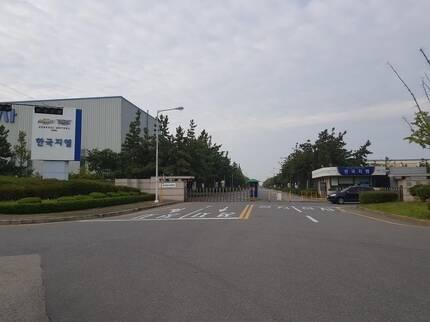 문이 굳게 닫힌 한국GM 군산공장 정문. 군산공장은 8일부터 가동중단에 들어갔다./진상훈 기자