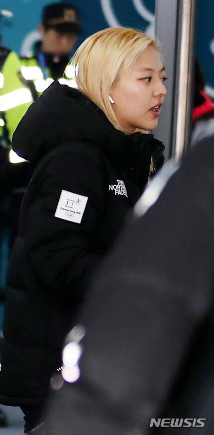 【강릉=뉴시스】박주성 기자 = 한국 여자 스피드스케이팅 김보름 선수가 6일 오후 강원도 강릉 선수촌에 입촌하고 있다. 2018.02.06. park7691@newsis.com