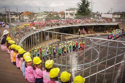 유치원생들이 옥상에 앉아 운동회 응원을 하는 모습. 아이들이 자유롭게 옥상 위로 올라가서 뛰어다닐 수 있게 만들어졌다. /조선DB
