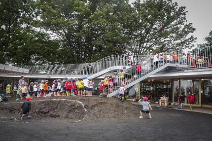 마당에서 옥상으로 올라가는 계단. 흙으로 작은 언덕을 만들어 아이들이 쉽게 다닐 수 있도록 했다. /조선DB