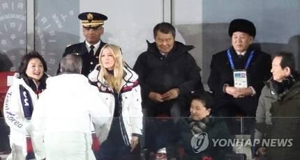 이방카 보좌관과 악수하는 문 대통령/ 사진=연합뉴스