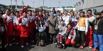 문재인 대통령이 14일 강원 평창 동계패럴림픽 크로스컨트리 스키 경기를 관람한 뒤 남북한 선수들을 만나 격려하고 있다.